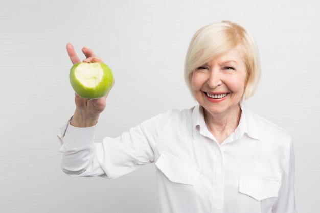 Zdrava prehrana s čim manj sladkorja preprečuje nastanek bolečine v zobu