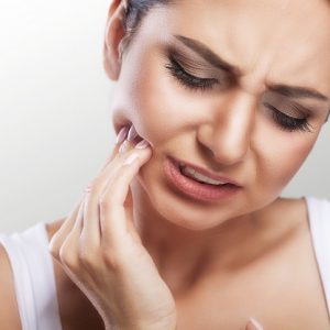Modrostni zobje imajo globje korenine, povzročajo močne bolečine