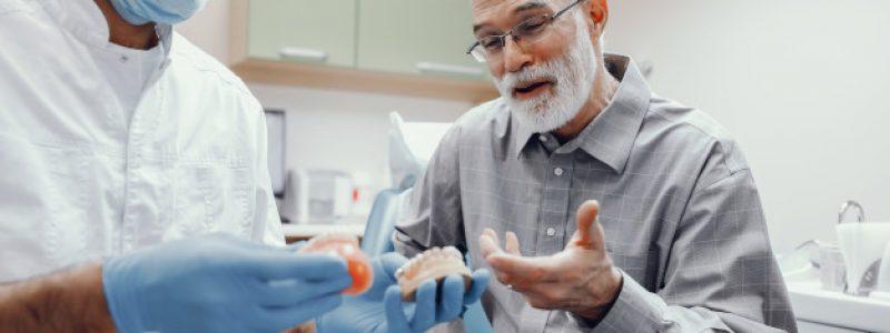 Slika 3: Zobozdravnik svetuje, katera zobna proteza je za pacienta najbolj primerna